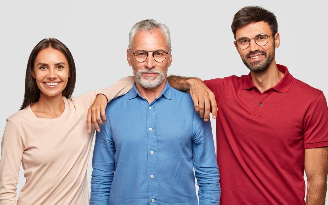 hombre pensionista acompañado de sus dos hijos